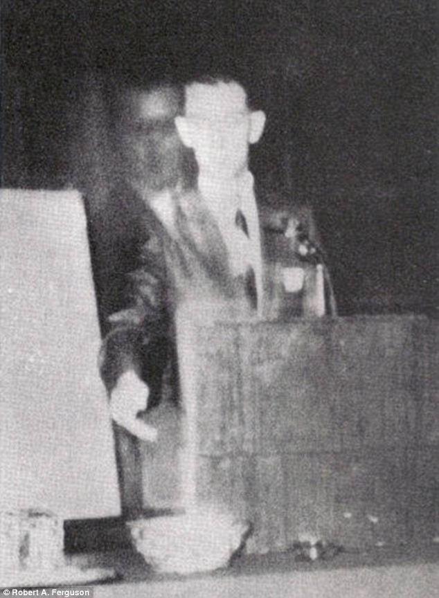 Robert A. Ferguson, auteur de télémétrie psychique, parlait à Los Angeles, en Californie, le 16 Novembre, 1968.  Il croyait que son frère, Walter, décédé en 1944 lors de la Seconde Guerre mondiale, était debout à côté de lui