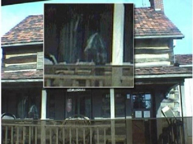 Cette photo a été prise en Février 2002 de ce qui était autrefois un magasin général local.  Il semble que le bâtiment a attiré certains acheteurs de l'autre royaume, ainsi