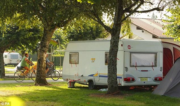 La familia abandonó Europa después de dos noches y nos trasladamos al campamento Solitude du Lac, que domina el lago de Annecy