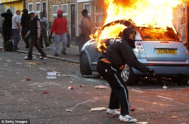 Nooragha Zadran, 18, (sin foto) fue declarado culpable de desorden violento e incendio durante los disturbios de Londres el año pasado