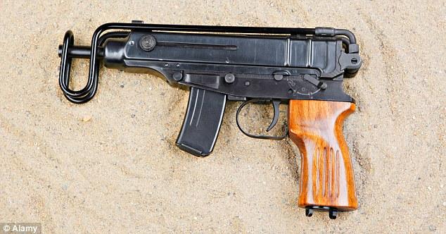 Arma del crimen?  Análisis balístico ha encontrado que 25 cartuchos usados que se encuentran en el sitio eran posiblemente de una pistola de fabricación checa Skorpion, en la foto