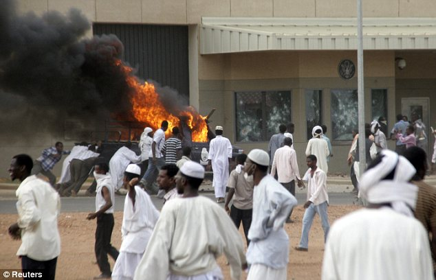 Siege: Σουδανοί διαδηλωτές ωθήσει ένα κάψιμο αυτοκινήτων στον τοίχο της πρεσβείας των ΗΠΑ στο Χαρτούμ