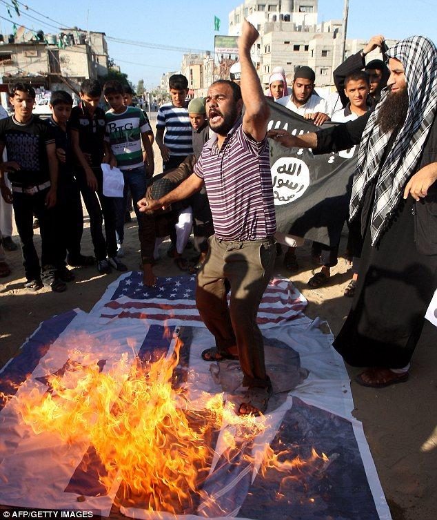 Διαμαρτυρία: Διαδηλωτές στη Λωρίδα της Γάζας εκφράζουν την οργή τους κατά τη διάρκεια μιας αντι-μουσουλμανική ταινία κυκλοφόρησε στο YouTube