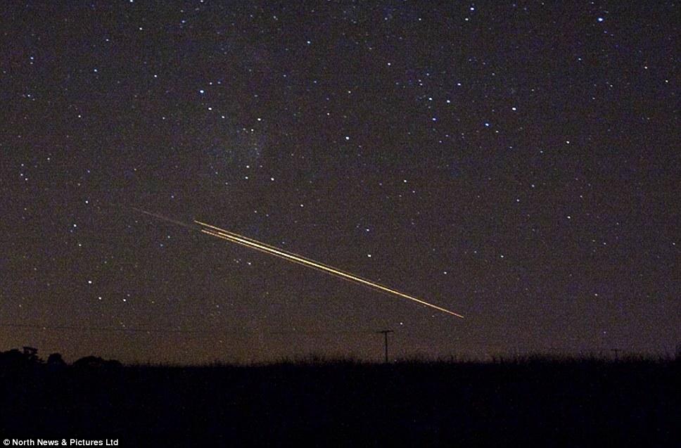 Los meteoros o bits antiguos artificial de material espacial?  Los expertos y los informes locales sugieren pantalla de anoche fuegos artificiales pudo haber sido fragmentos de basura espacial vuelve a entrar en la atmósfera terrestre