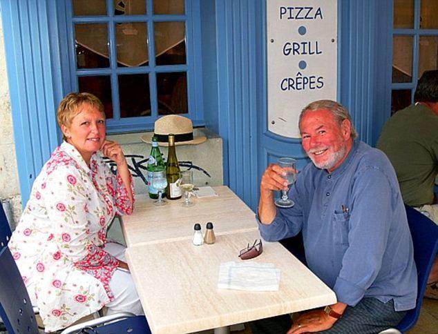 La buena vida: Maria-Louise Carol y fuera de un restaurante en La Rochelle después de su traslado a Francia
