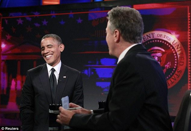 No es óptimo: el presidente Barack Obama, foto a la izquierda, habló sobre la muerte de cuatro hombres en Bengasi, al hablar con Jon Stewart, a la derecha, en The Daily Show