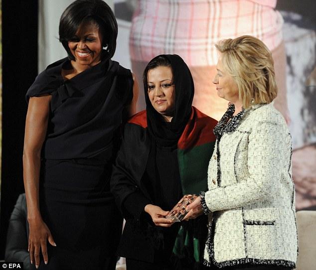 Defender o carcelero? Maria Bashir, en la foto con con la primera dama Michelle Obama, Clinton EE.UU. La secretaria de Estado Hillary, ha encarcelado a más de 100 mujeres por adulterio en Afganistán