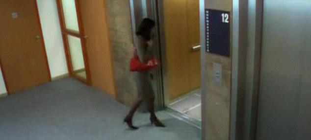Relieve: La mujer abre la puerta y se aleja de la grúa