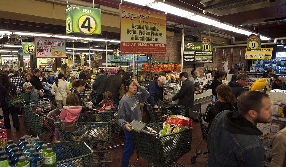 Los clientes se apresuran a comprar alimentos en el mercado Fairway super en Nueva York hoy en día como los meteorólogos dicen que el huracán de arena podría ser la tormenta más grande que nunca golpeó a los Estados Unidos