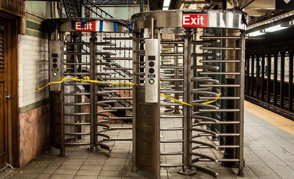 No go: precaución amarilla se envuelve alrededor de los torniquetes en Wall St estación en previsión del huracán