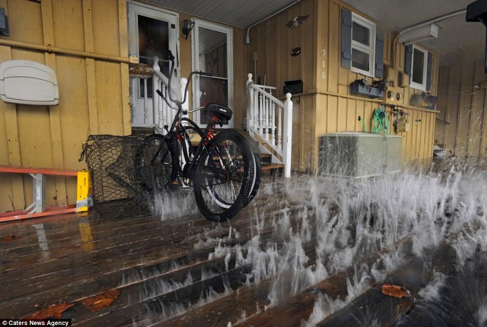 Soaked: Sandy crea olas que azotan el vientre de cubierta en Ocean City, Maryland maderas como la monstruosa tormenta norte