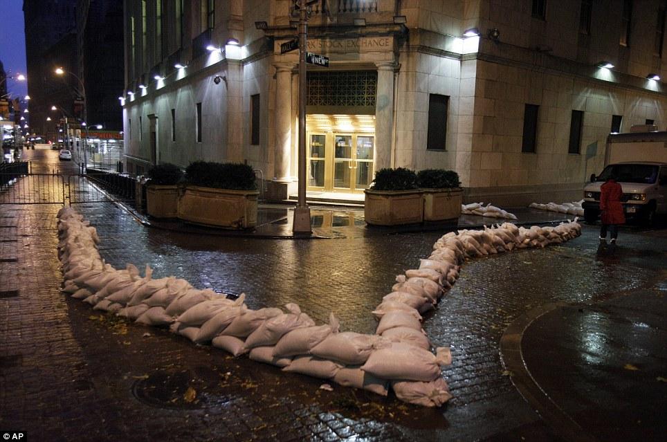 Preparación: Bolsas de arena proteger la entrada de la Bolsa de Nueva York en la mañana del lunes.  Se cerró el lunes y posiblemente Martes