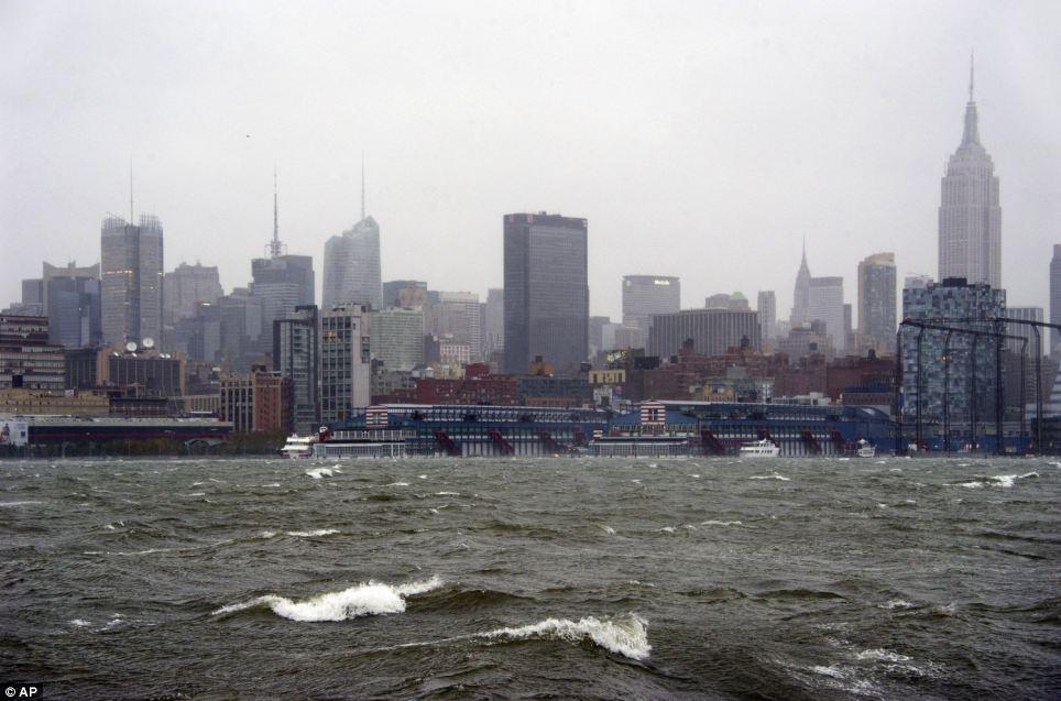 Raging Waters: La ciudad de Nueva York y el río Hudson se ven desde Hoboken, Nueva Jersey, como se acerca el huracán Sandy