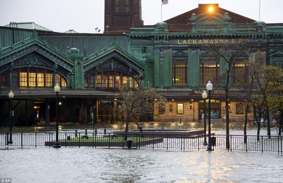 Abrumado: Las olas del río Hudson y se levanta sobre sus bancos inundaciones de la estación de tren Lackawanna como se acerca el huracán Sandy, en Hoboken, Nueva Jersey