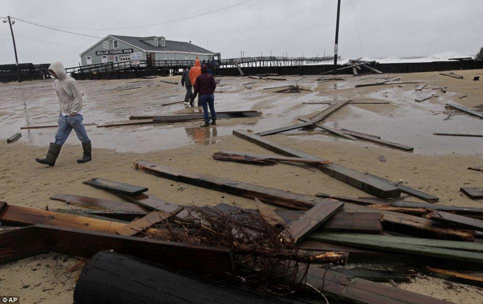 Lavar: Los restos de una muralla de mar y un embarcadero camadas dañados un estacionamiento en el Avalon Pier en Kill Devil Hills, Carolina del Norte tras el viento pasa a través de Sandy