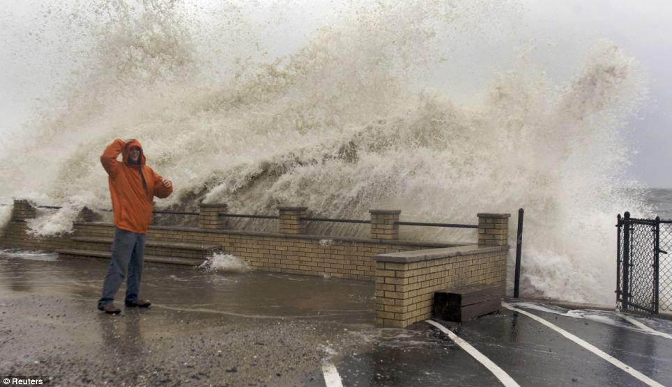 Monster: choque de las olas sobre Eric Mongirdas como la marejada provocada por el huracán azota la costa de arena en Milford, Connecticut