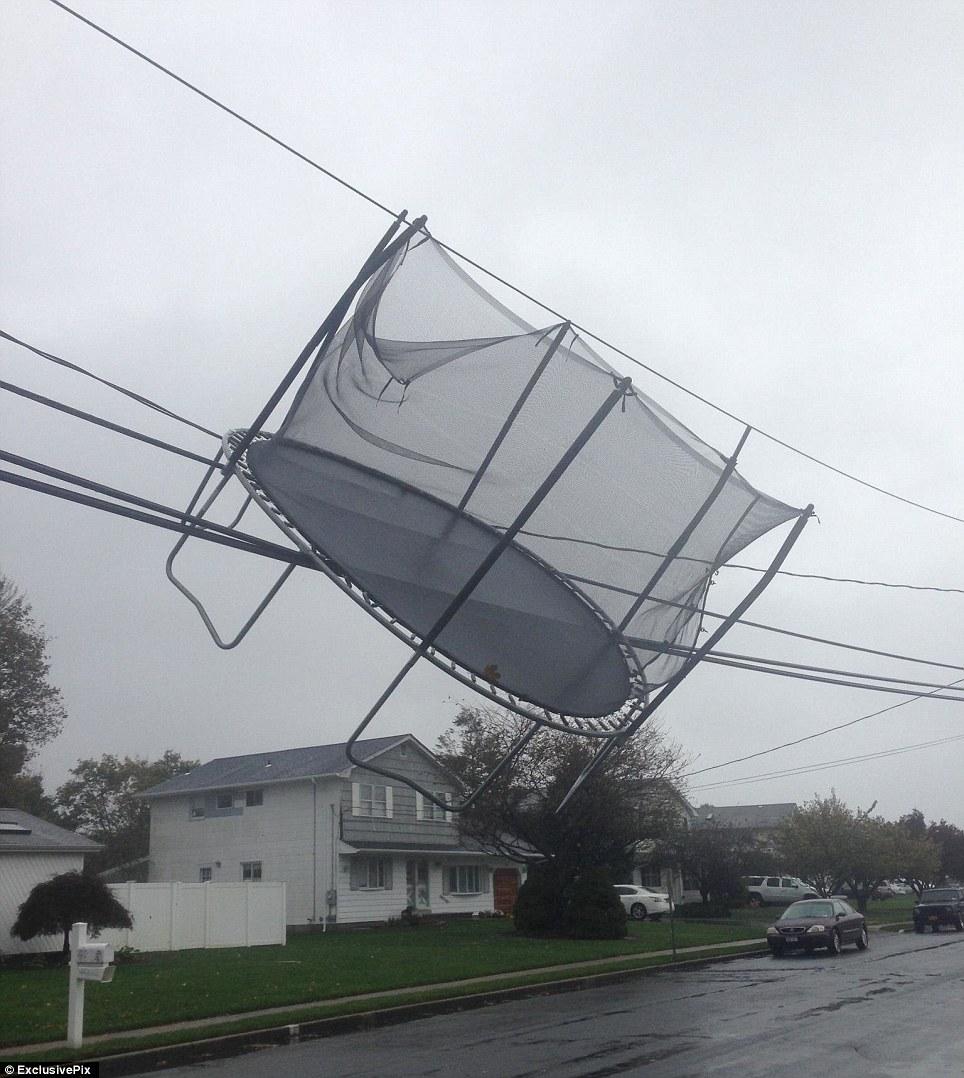 Tomado de: Una cama elástica queda atrapado en las líneas eléctricas en la unidad Norman en Long Island como huracán de arena adquiere velocidad