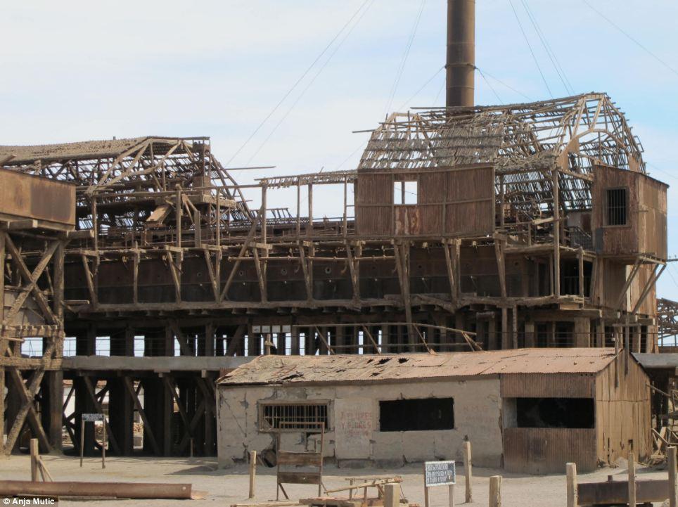 """Maquinaria oxidada y un ferrocarril de vía estrecha, una vez utilizado para transportar el """"oro blanco"""" de la costa, son los únicos restos de la época de oro de Santa Laura"""