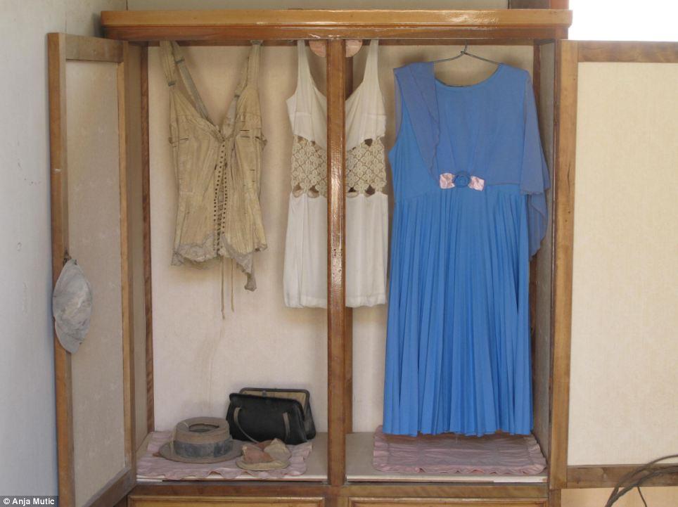 Ropa de una mujer se quedan como estaban en un vacío casa años después de que el ocupante queda