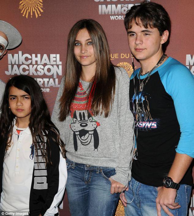Apanhados: três de Michael Jackson Blanket filhos, Paris e Prince Michael teve uma relação difícil com suas tias e tios, desde a morte de seu pai