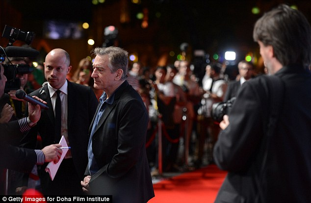 Another interview: De Niro politely answered questions on the red carpet, swarmed with members of the press