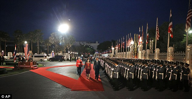 Ceremony: Obama and Prime Minister Yingluck Shinawatra on the red carpet at Thai Government House in Bangkok