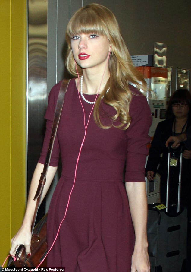Taylor Swift Cuts A Somewhat Lonely Figure As She Departs