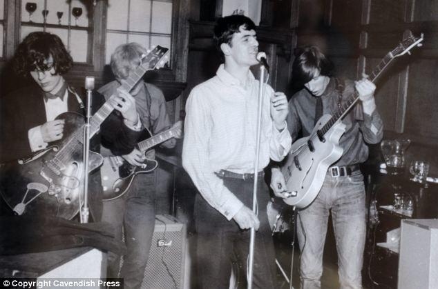 Orjinal kadro: Bu nadir fotoğrafta Pink Floyd adıyla verdikleri ilk konserden.  Surrey 1966 da solda itibaren Syd Barrett, Bob Klose, Chris Dennis, ve sağda Roger Waters.
