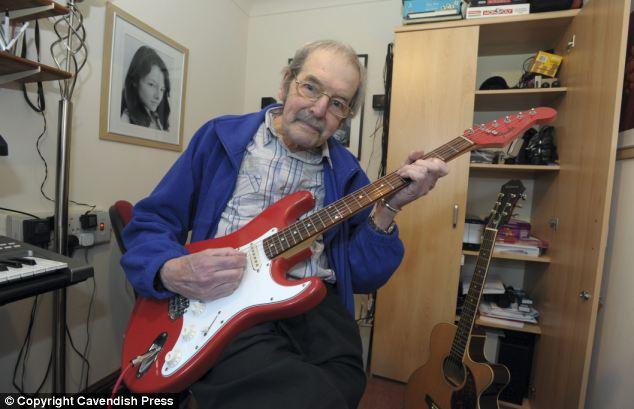 Kurucu: Chris Dennis, açık artırmaya koyduğu gitarlarıyla birlikte, her zaman grubun başarılarıyla gurur duyduğunu söylüyor.