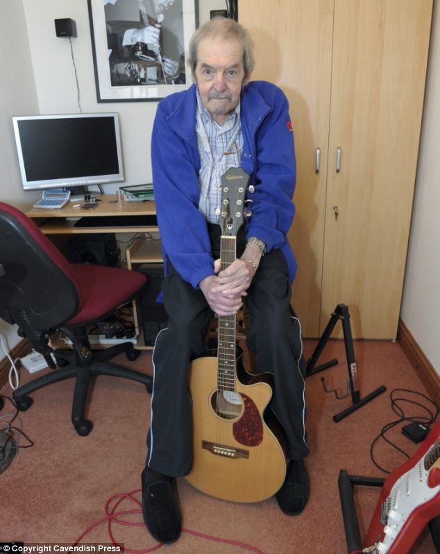 Üzgün değil: Gitarlarından biriyle poz veren Bay Dennis, Pink Floyd'dan ayrılınca kendisine bir stüdyo kurdu.