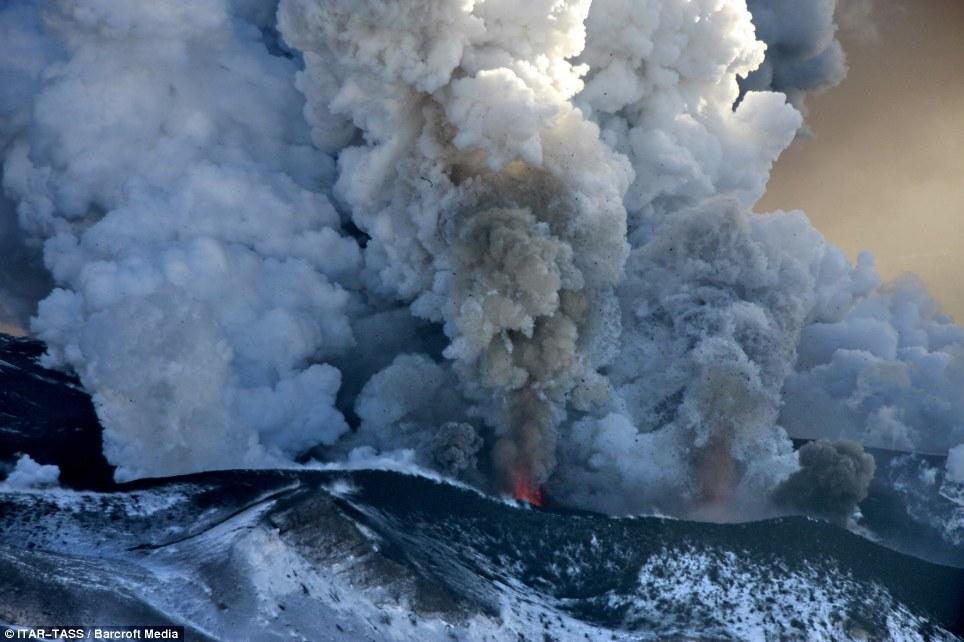 Erupción: Una nube de ceniza se ve el aumento del volcán Plosky Tolbachik en Rusia la semana pasada - antes de la erupción el 3 de diciembre el volcán había estado inactivo desde hace 36 años
