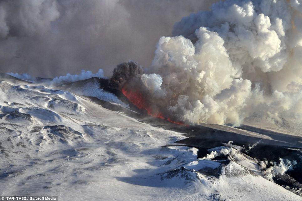 Espectáculo: La erupción envió nubes de ceniza de casi 10.000 metros en el cielo por encima de Tolbachik, que se encuentra en la península de Kamchatka, Rusia
