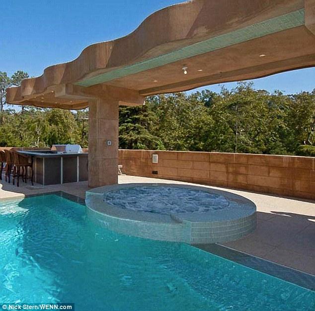 Bain à remous: A dispose également d'un jacuzzi à la fin de la grande piscine supplémentaire