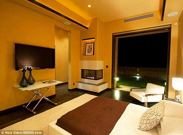 Plaisant: Une cheminée dans le coin d'une chambre offrira la chaleur pendant les nuits froides