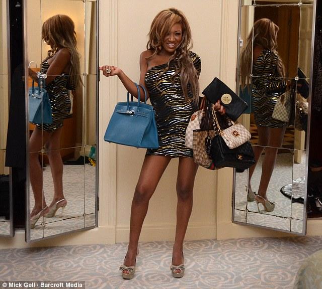 «Je n'ai aucune idée de l'argent»: Gina pose avec ses différents sacs à l'hôtel Savoy