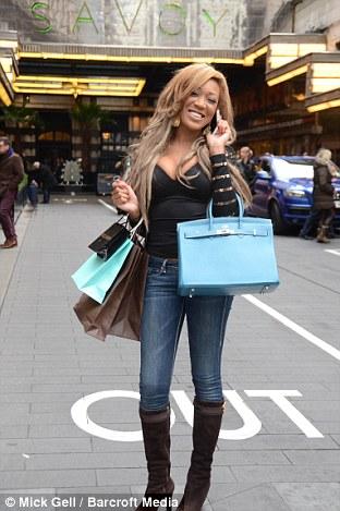 Gina Rio pose à l'extérieur de l'Hôtel Savoy à Londres