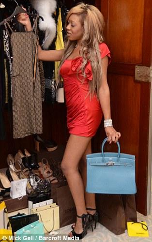 Rio pose devant sa garde-robe au Savoy