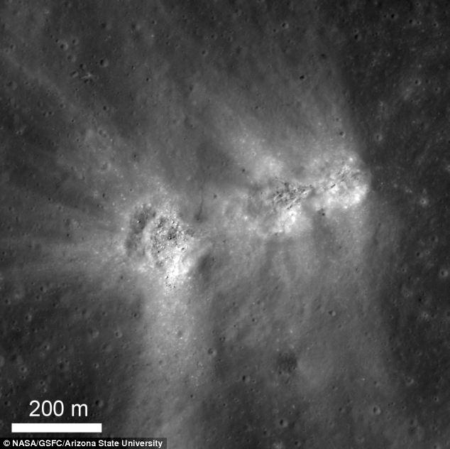 """Le """"tre amigos"""" avvistati sulla superficie della Luna, con detriti spruzzato fino a 1 km di distanza"""
