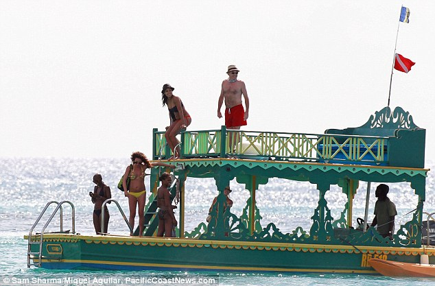 All aboard! The group seemed to have a great time before disembarking to the beach