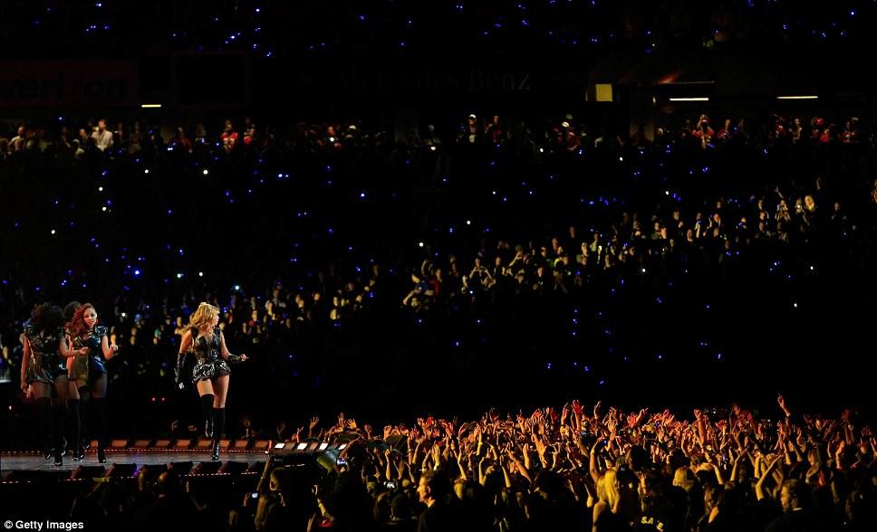Никаких признаков нервы: Beyonce выглядел возбужденным, счастливым и уверенным во время выступления перед тысячами поклонников стадион