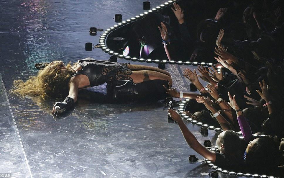 Вентилятор любви: Beyonce лег на сцену в одной точке, в то время как поклонники кричали вокруг нее, наблюдая, как внутри загорелась силуэт