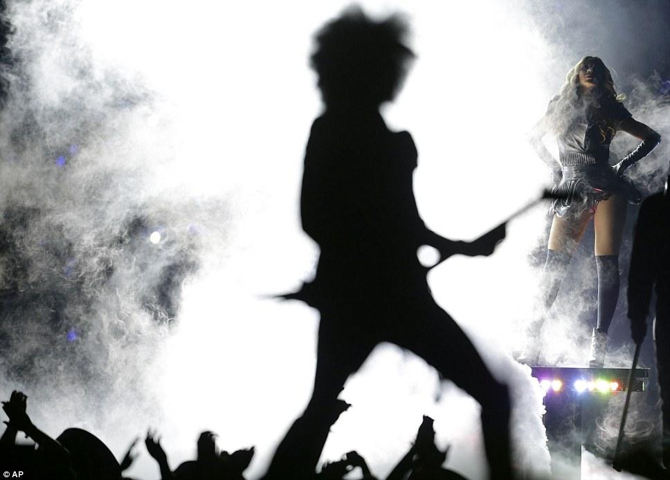 Курение горячей: Beyonce поражает знойный позе рядом с женщиной гитарист которого гитаре вызвали с огнем