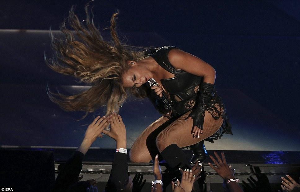 Волосы размахивая хорошо: звезда носила длинные локоны свободно на плечи и использовали его для достижения максимального эффекта во время выступления