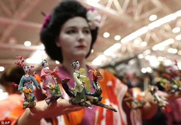 Balancing Act: модель отображает создание Японии вдохновили Кармен Gamero из Испании