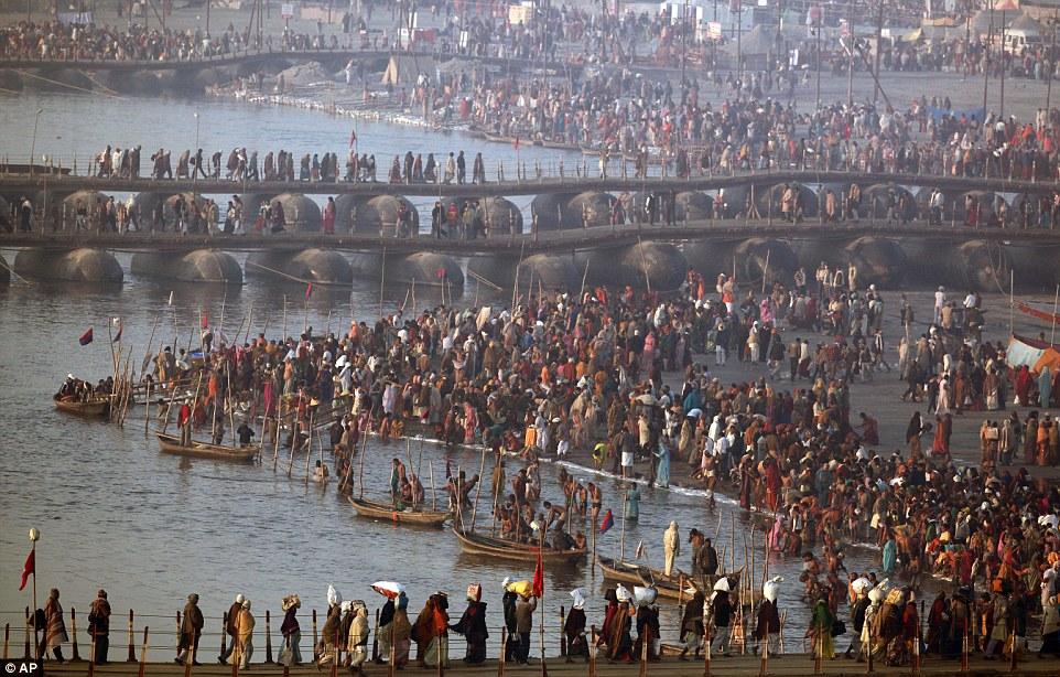 Преданные: фестиваль проводится каждые 12 лет и купания ритуал воскресенье, как ожидается, примут участие 30 миллионов человек