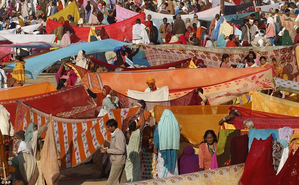Сушка: паломники сушить одежду на солнце, после принятия ритуал купания в Ганге