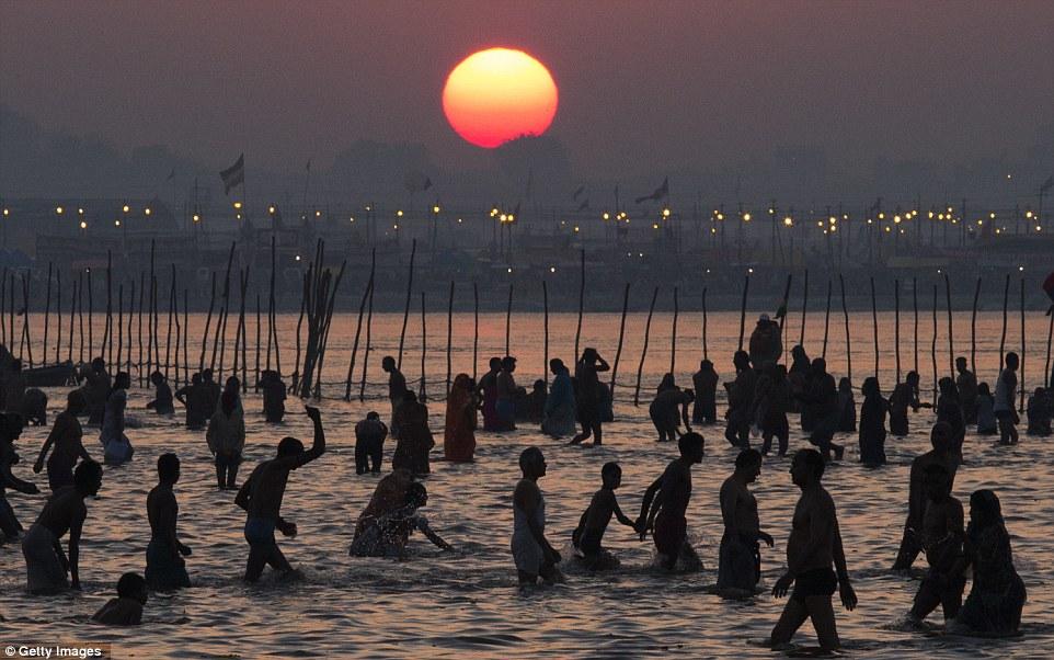 Очищение: Индусы купаются на берегу Sangam в какой считается крупнейшим религиозным сбора на земле