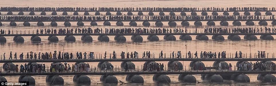 Выстроить: индуистских паломников внести свой путь через понтонные мосты вблизи Sangam