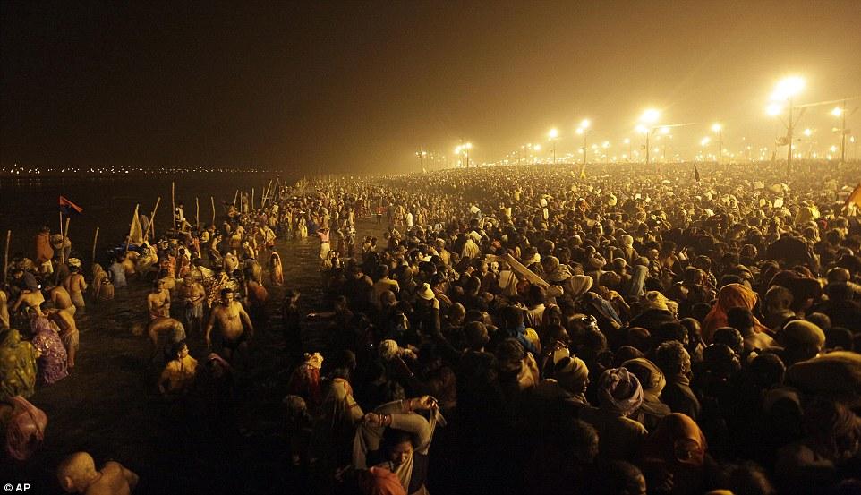 Мифический: Миллионы преданных индуистской принять священное омовение в Sangam на воскресенье рано утром