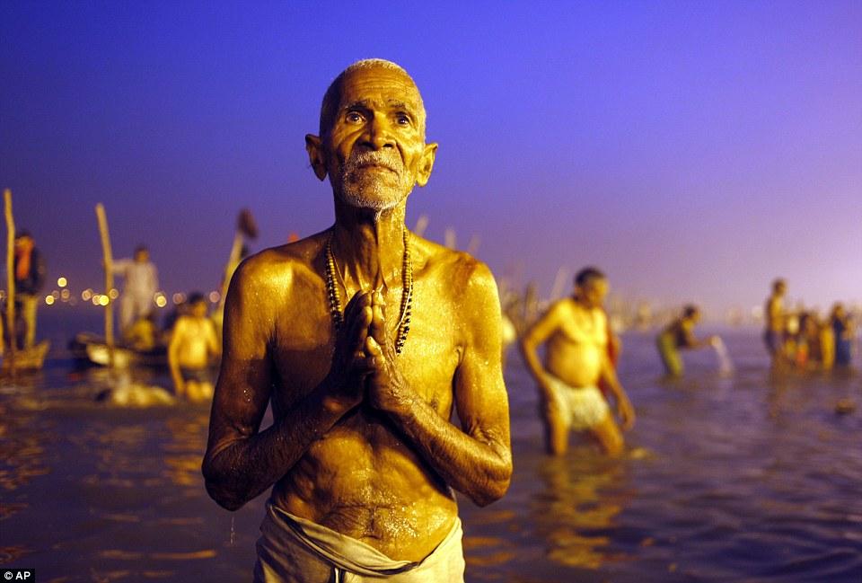 Посвященная: индуистских молитв после священное омовение в Sangam, слияние Ганга, Ямуны и мифической Сарасвати реке, во время Маха Кумбха фестиваль